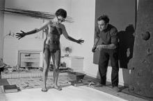 Body art painting van Yves Klein in zijn atelier, 1961.