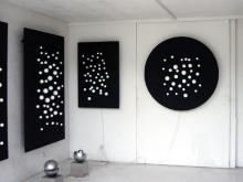Tentoonstellingsbeeld met werk van Pol Bury.