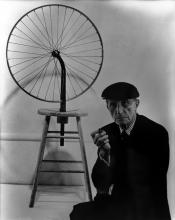 Marcel Duchamp bij zijn fietswiel uit 1913